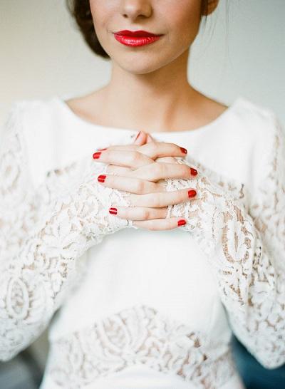 Bruid met rode lippen en nagels