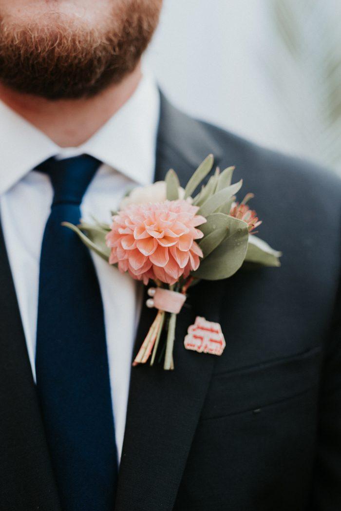 Bruidegom met roze bloem