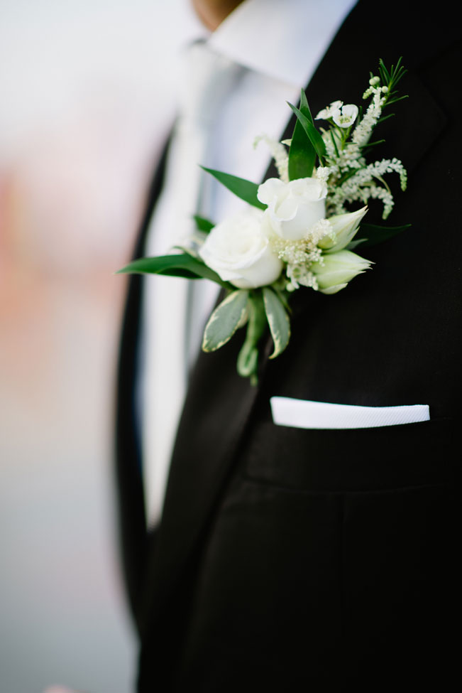 Bruidegom met witte corsage