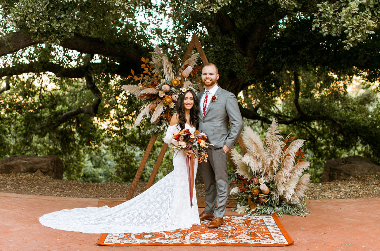 Bruidspaar op bohemian bruiloft