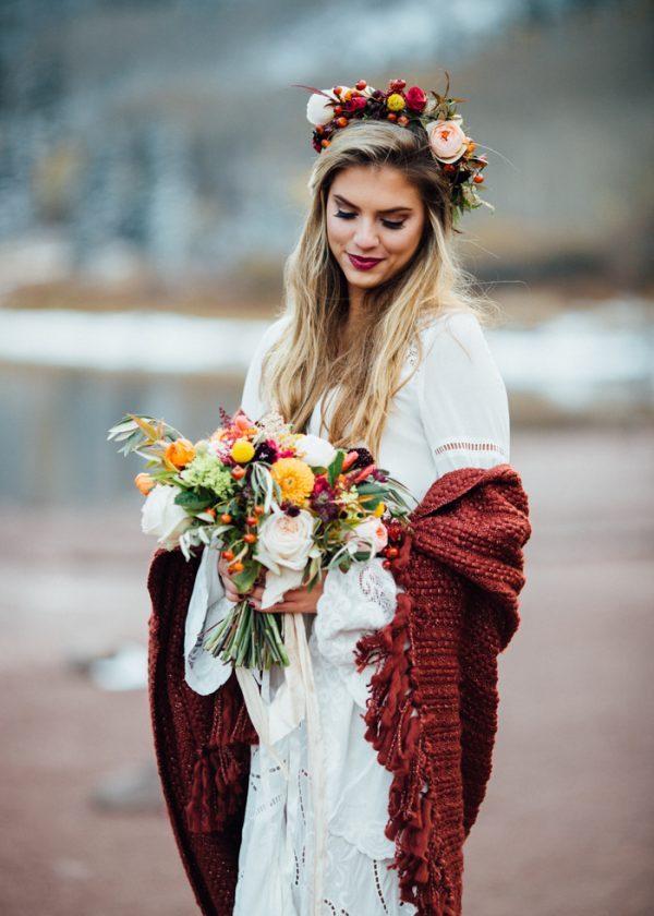 Bruid met gekleurde omslagdoek