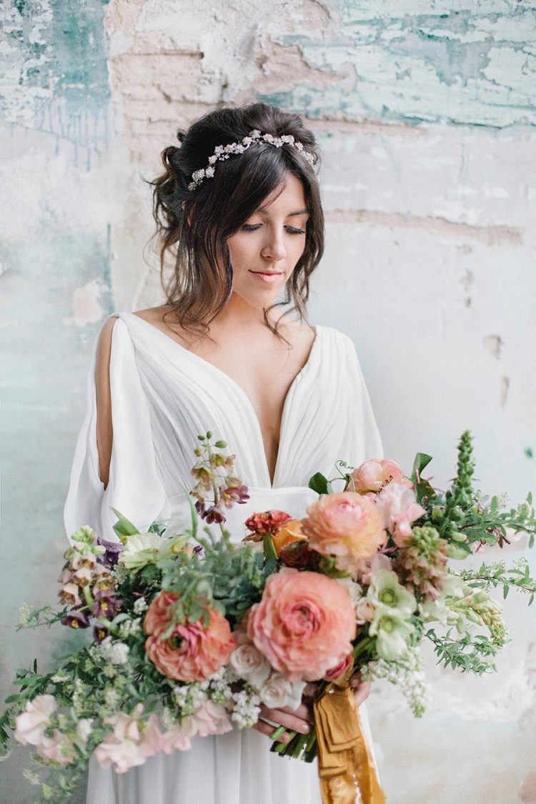 Boho bruid met bruidsboeket