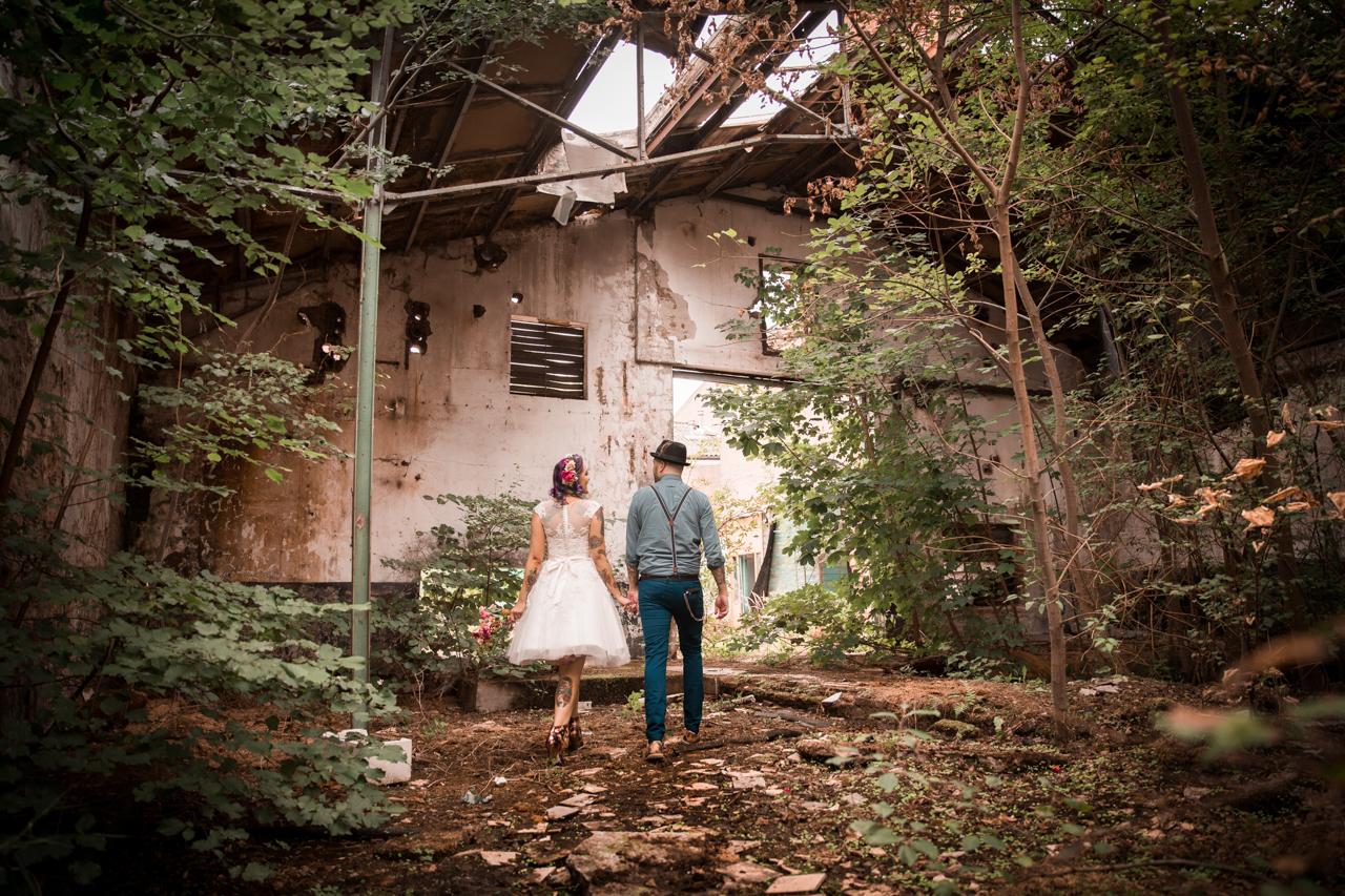 Bruidspaar op industriële locatie