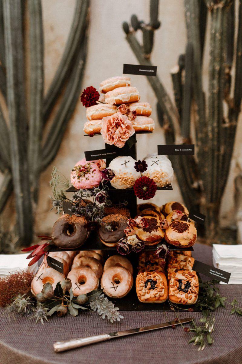 Taartenstandaard met donuts voor de bruiloft