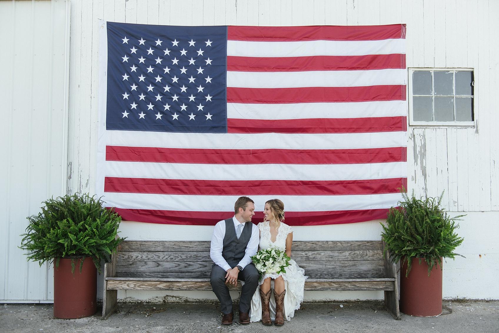 Bruidspaar onder een Amerikaanse vlag