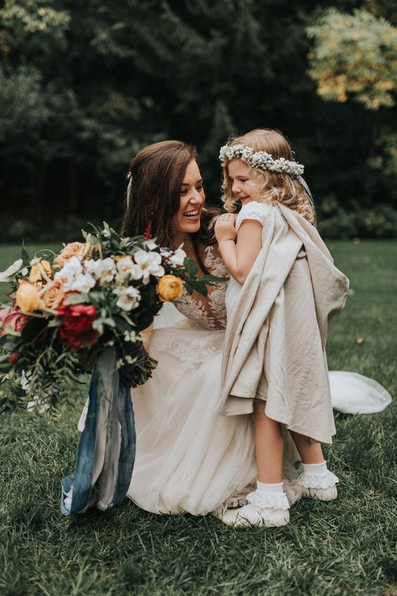 Bruid op de bruiloft foto met haar bruidsmeisje