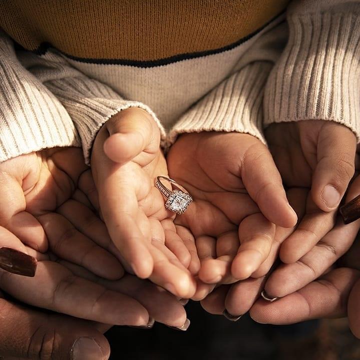 Verlovingsfoto met handen