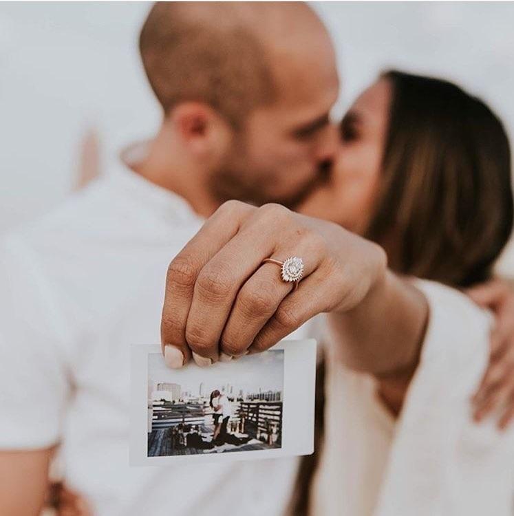 Verlovingsfoto met ring en kus