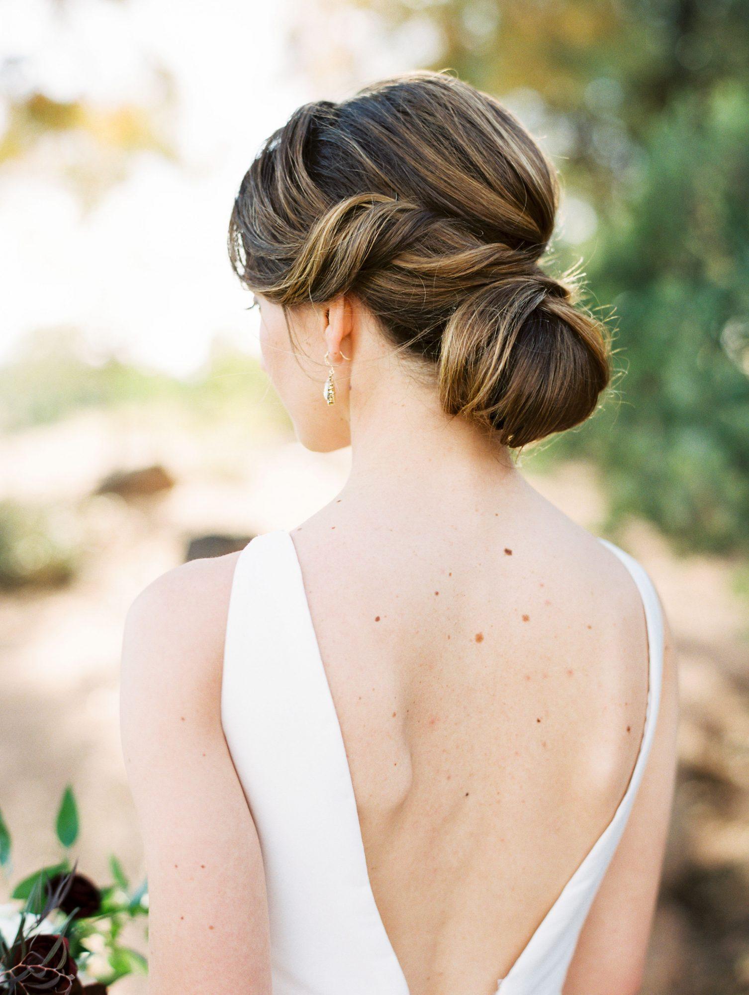 Bruid met lage knot als bruidskapsel