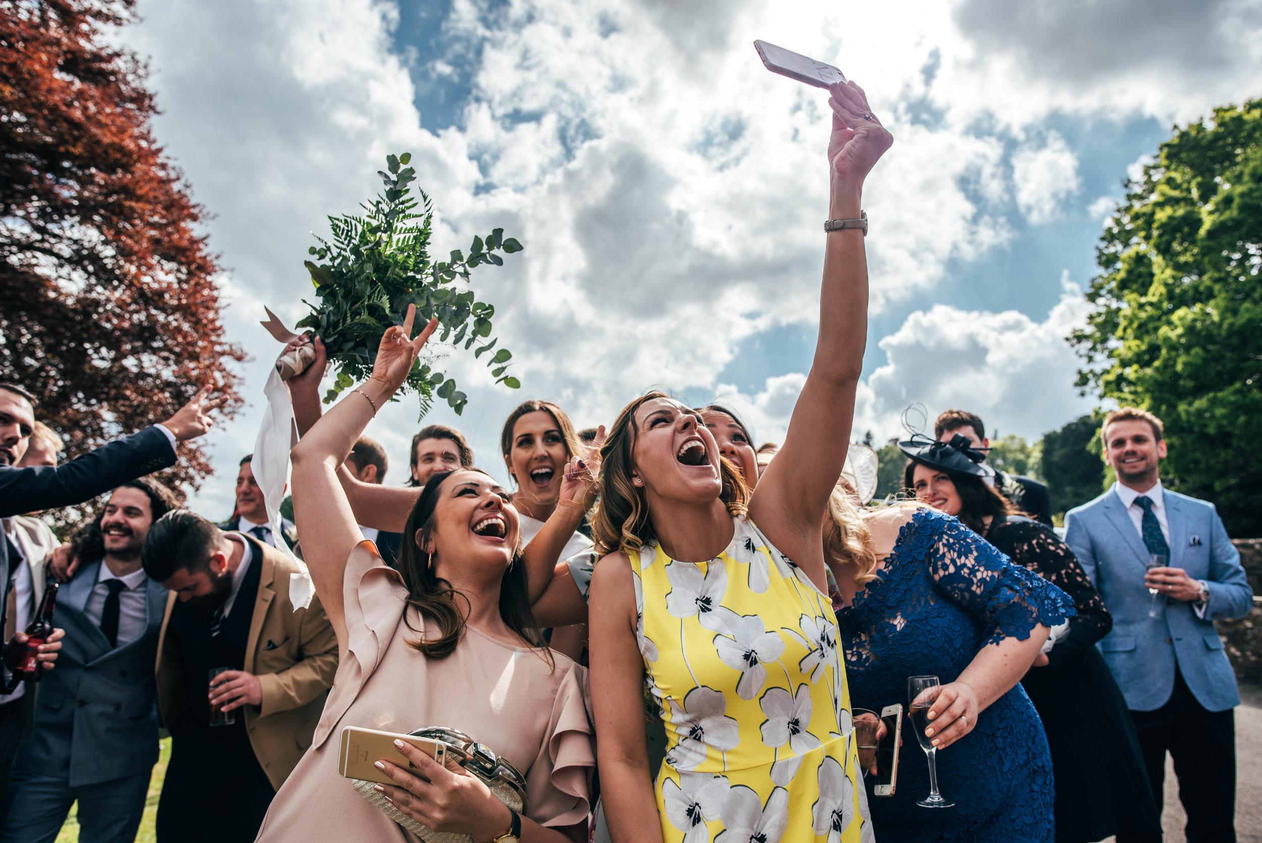 Selfie van de gasten op de bruiloft