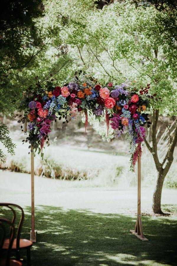 Trouwboog met gekleurde bloemen
