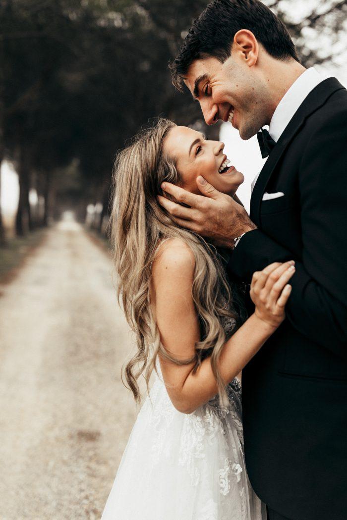 Bruidspaar poseert lachend