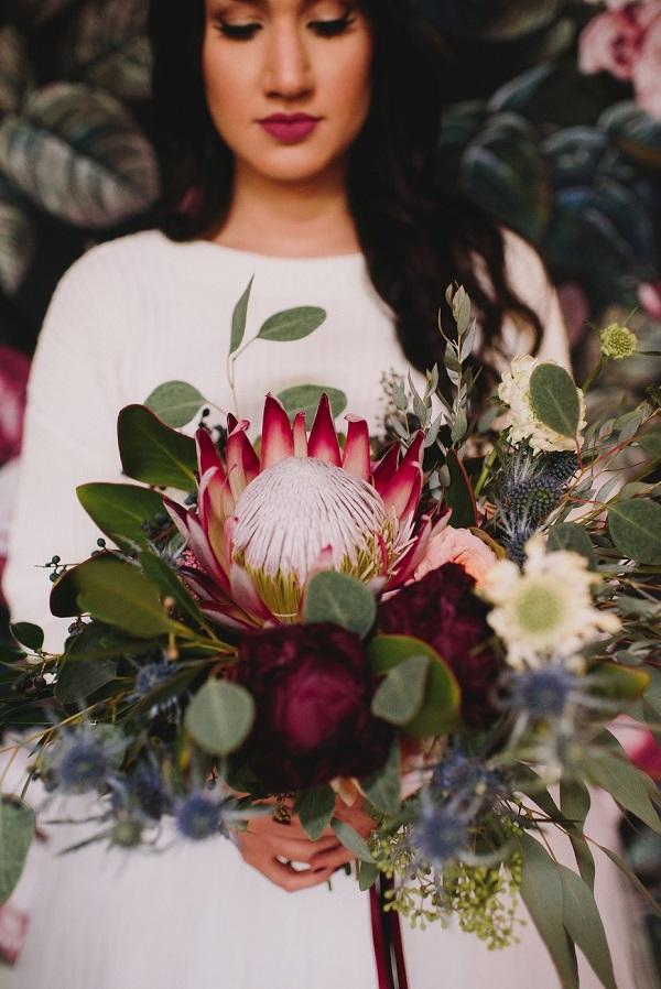 Bruid met winters bruidsboeket