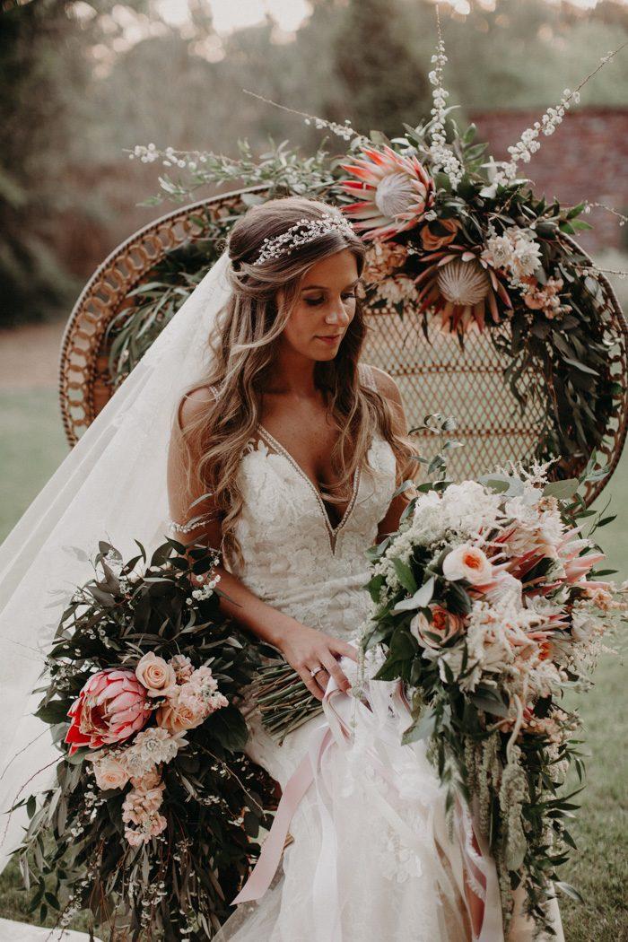 Bruid in peacock stoel