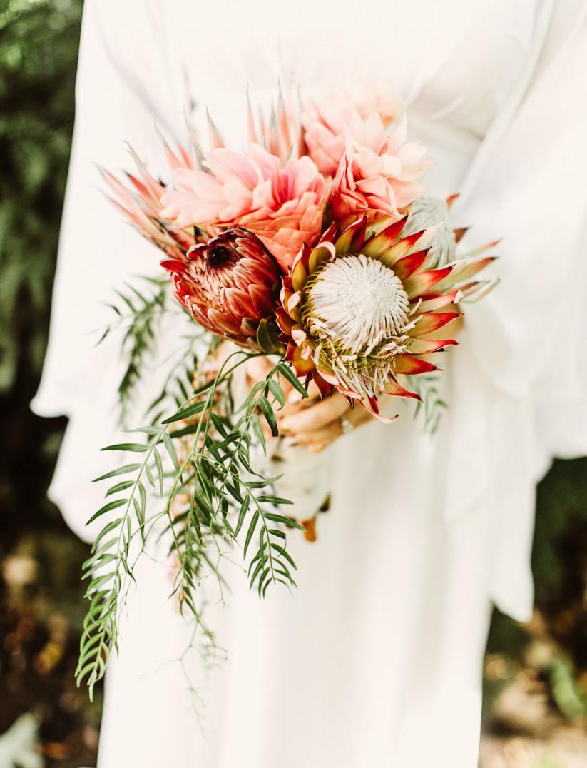 Bruid met protea boeket