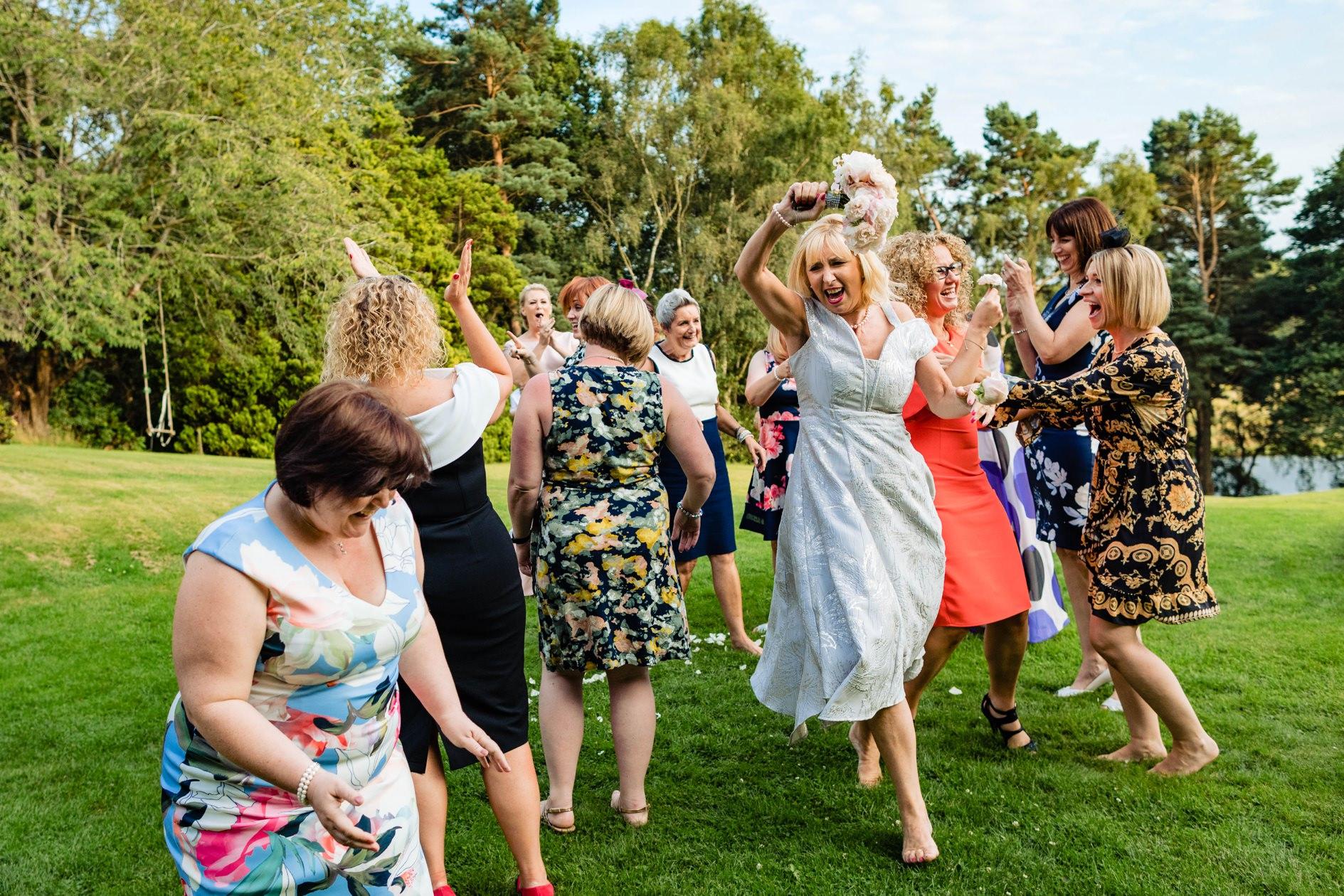 Vrouw vangt het bruidsboeket