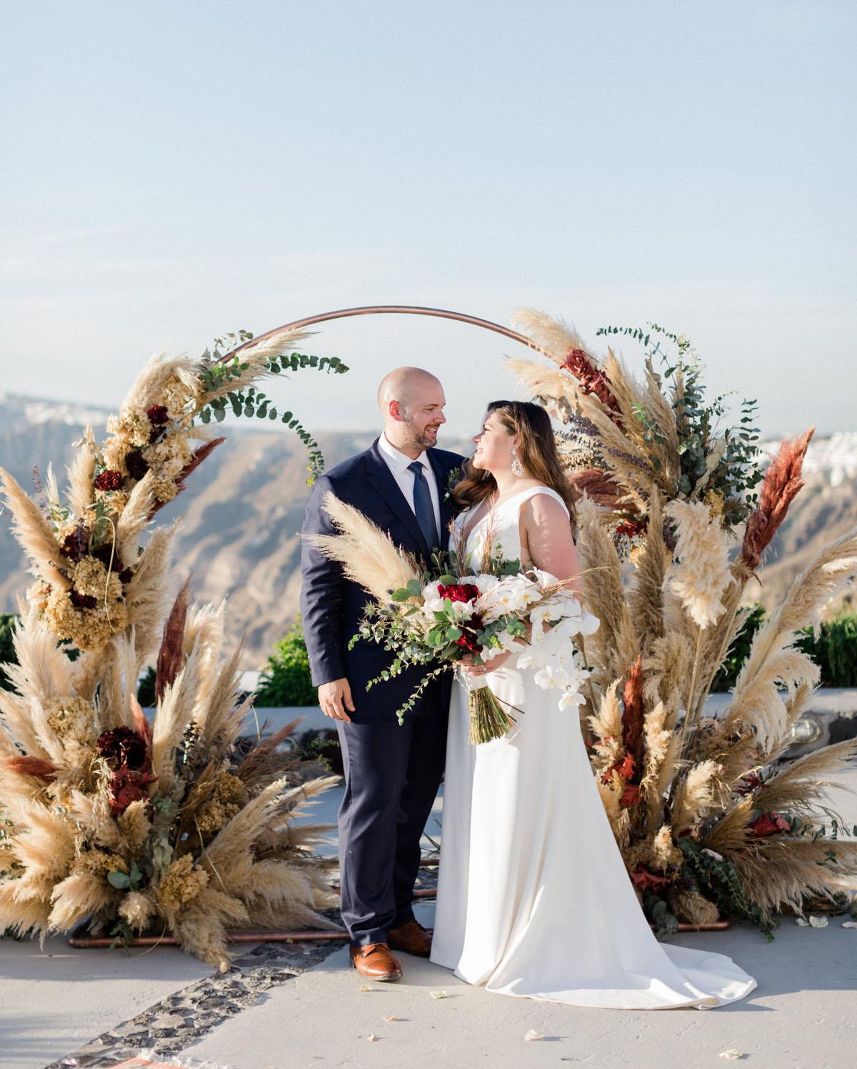 Bruidspaar voor trouwboog