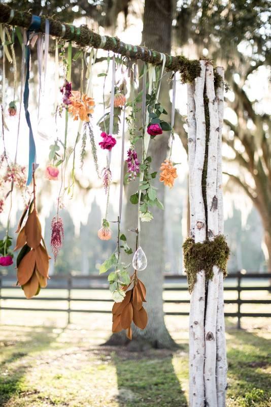 Backdrop bruiloft met veren en bloemen