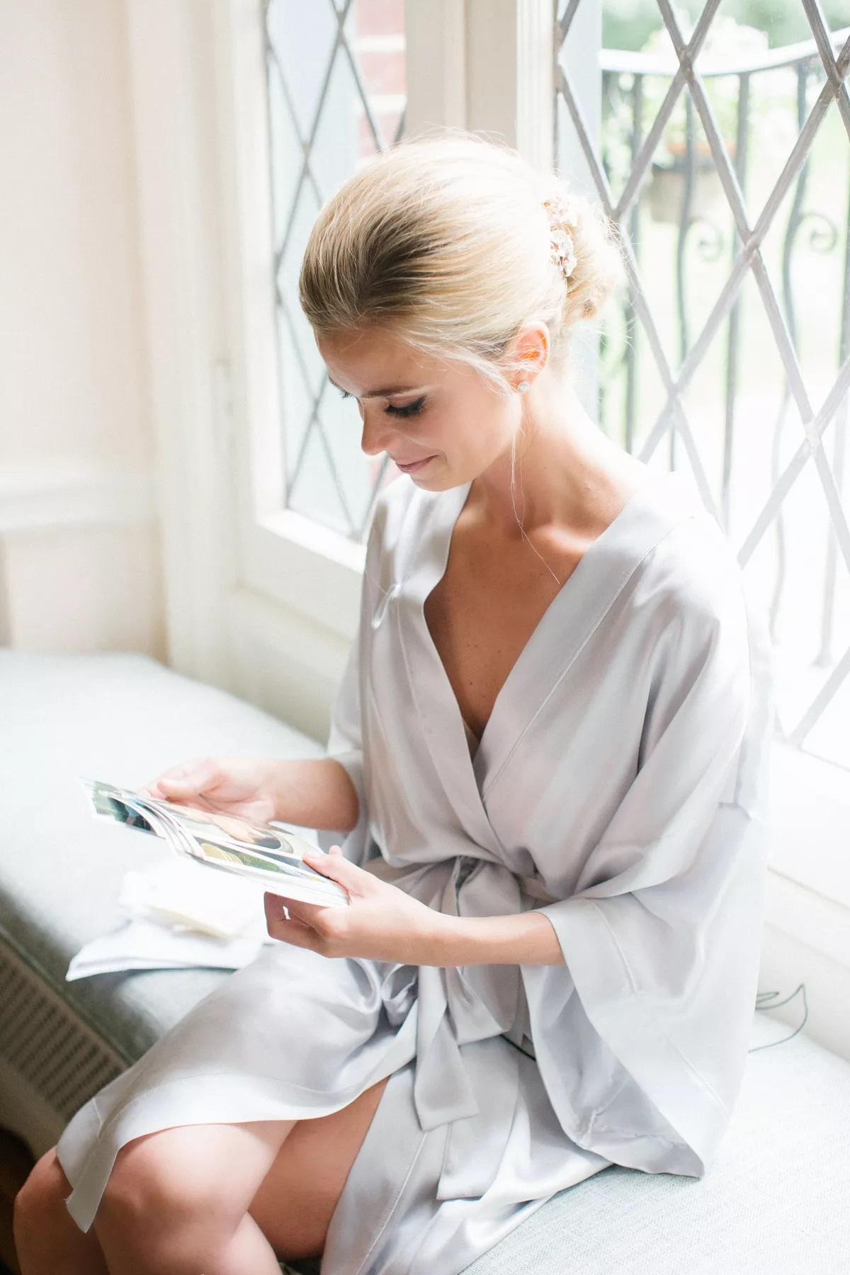Bruid leest brief van haar verloofde