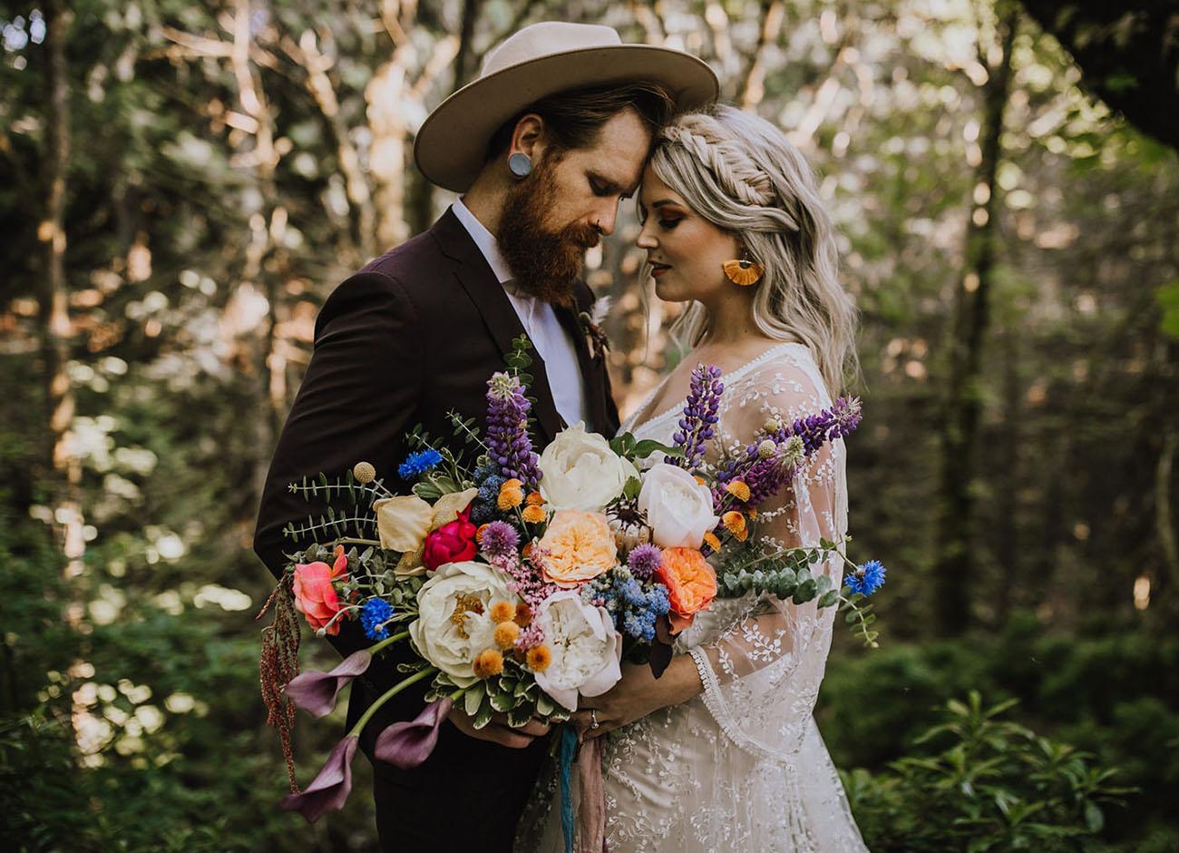 Bruidspaar met boeket in hun handen