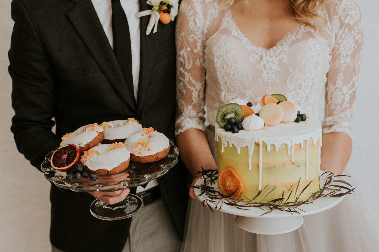 Bruidspaar met bruidstaart in hun handen