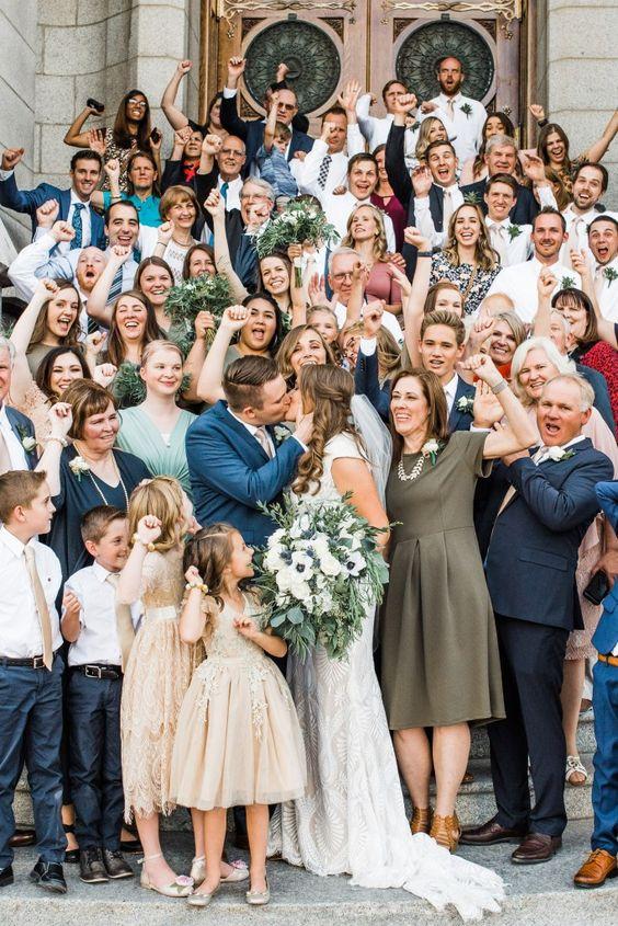 Groepsfoto om aan de bruiloft gasten te geven