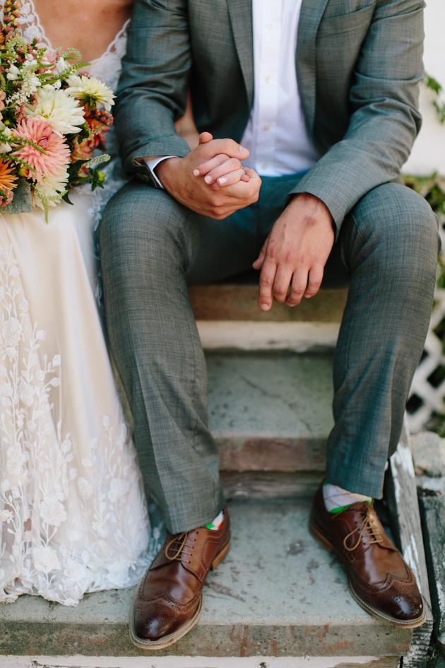Bruidspaar hand in hand op de trap