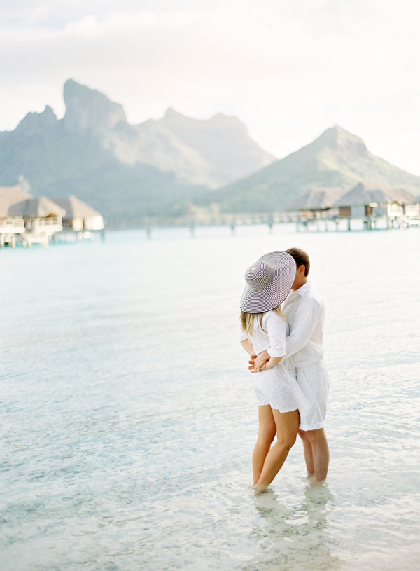 Bruidspaar op huwelijksreis als cadeau