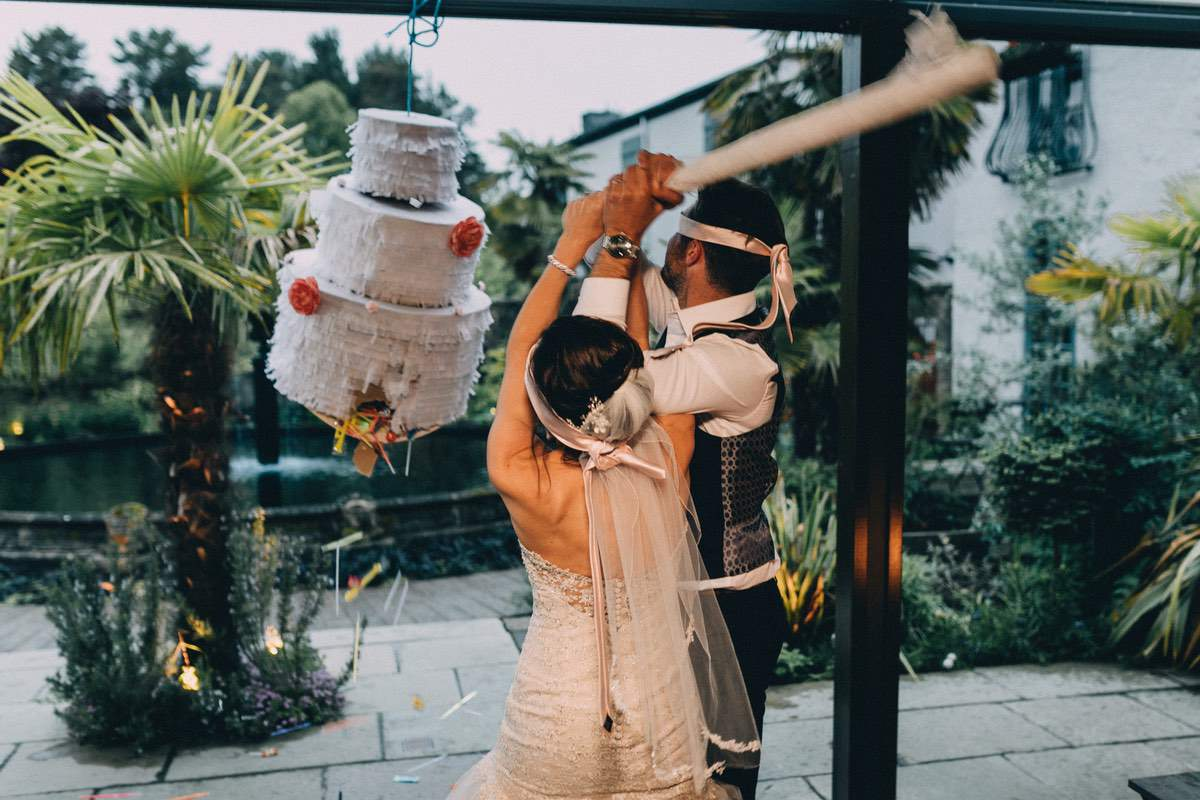 Bruidspaar slaan piñata stuk