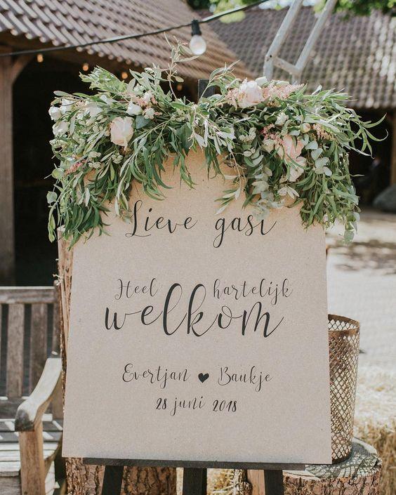 Welkomstbord bruiloft met sierletters op papier