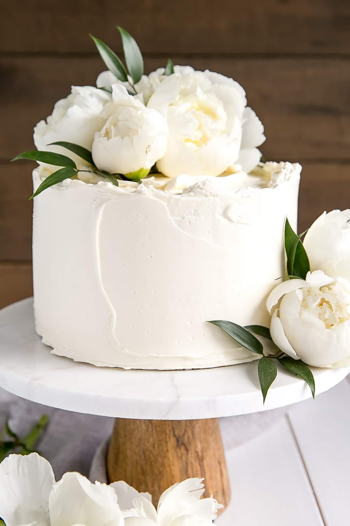 Witte bruidstaart met een enkele laag