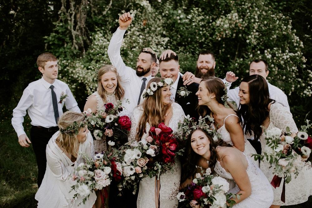 Bruidspaar met hun gasten