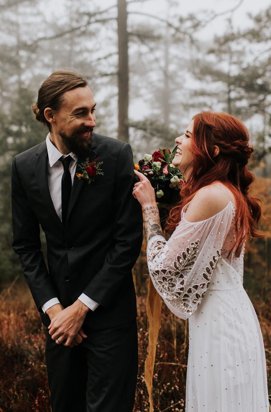 Herfstbruiloft bruidspaar
