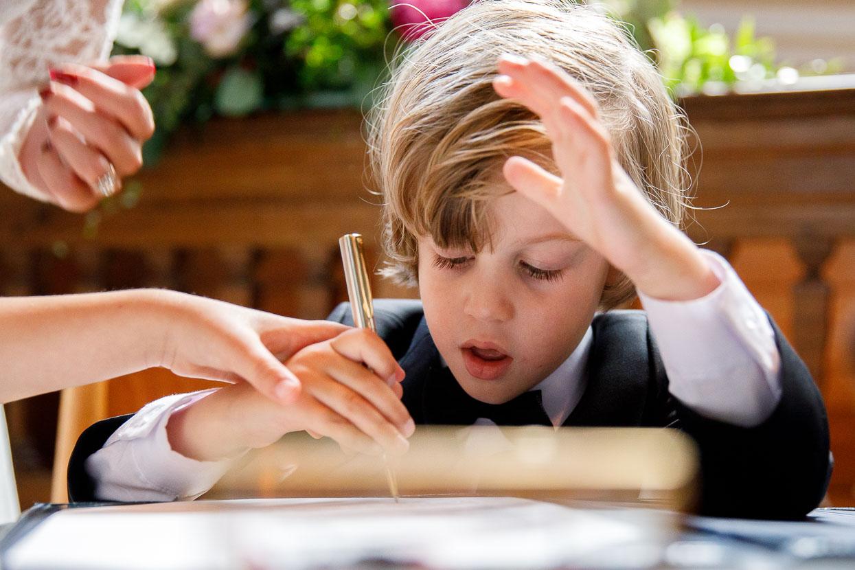 Zoontje tekent trouwakte voor kinderen