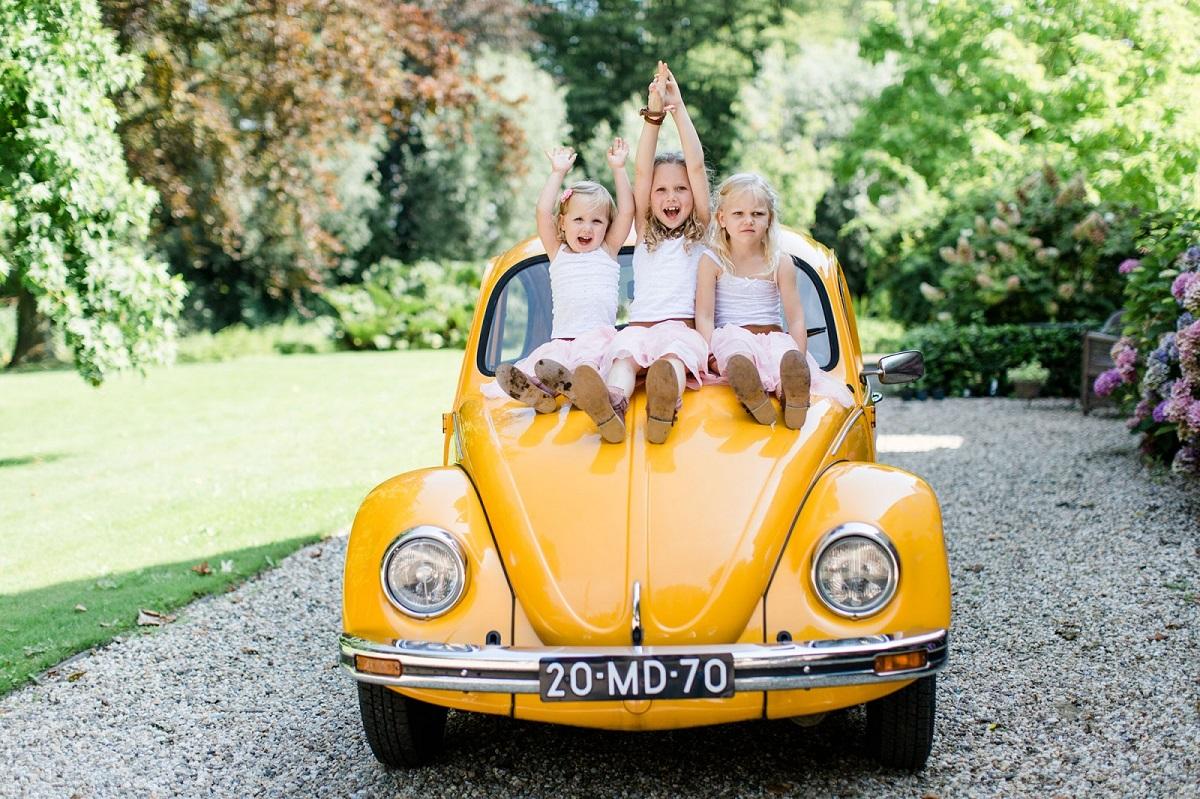 Kinderen op gele trouwauto