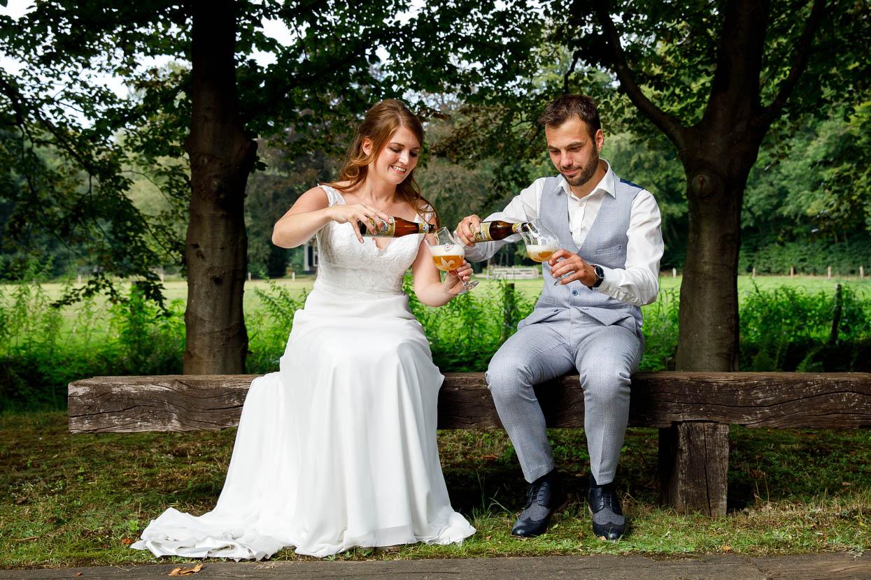 Bruidspaar met een biertje in hun handen