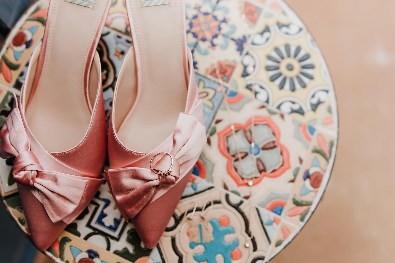 Bruidsschoenen op een tafel