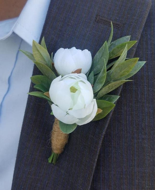 Corsage met witte bloemen