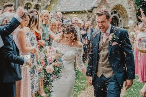 Bruidspaar in confetti