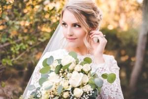Bruid met sluier en bruidsboeket