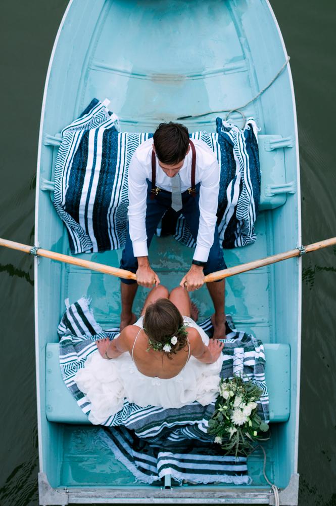 Bruidspaar van bovenaf in bootje