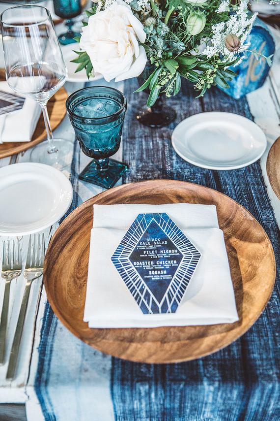 Bord met blauwe menukaart