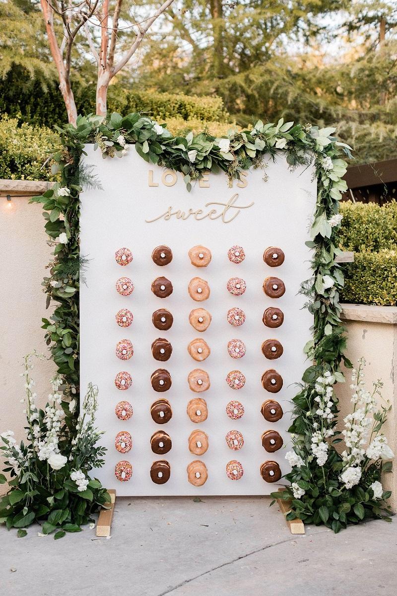 Witte donut wall met tekst