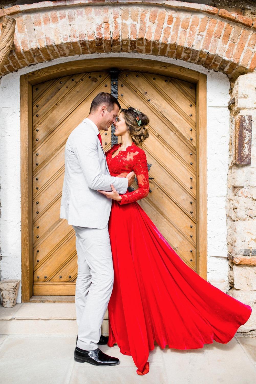 Bruid met rode trouwjurk