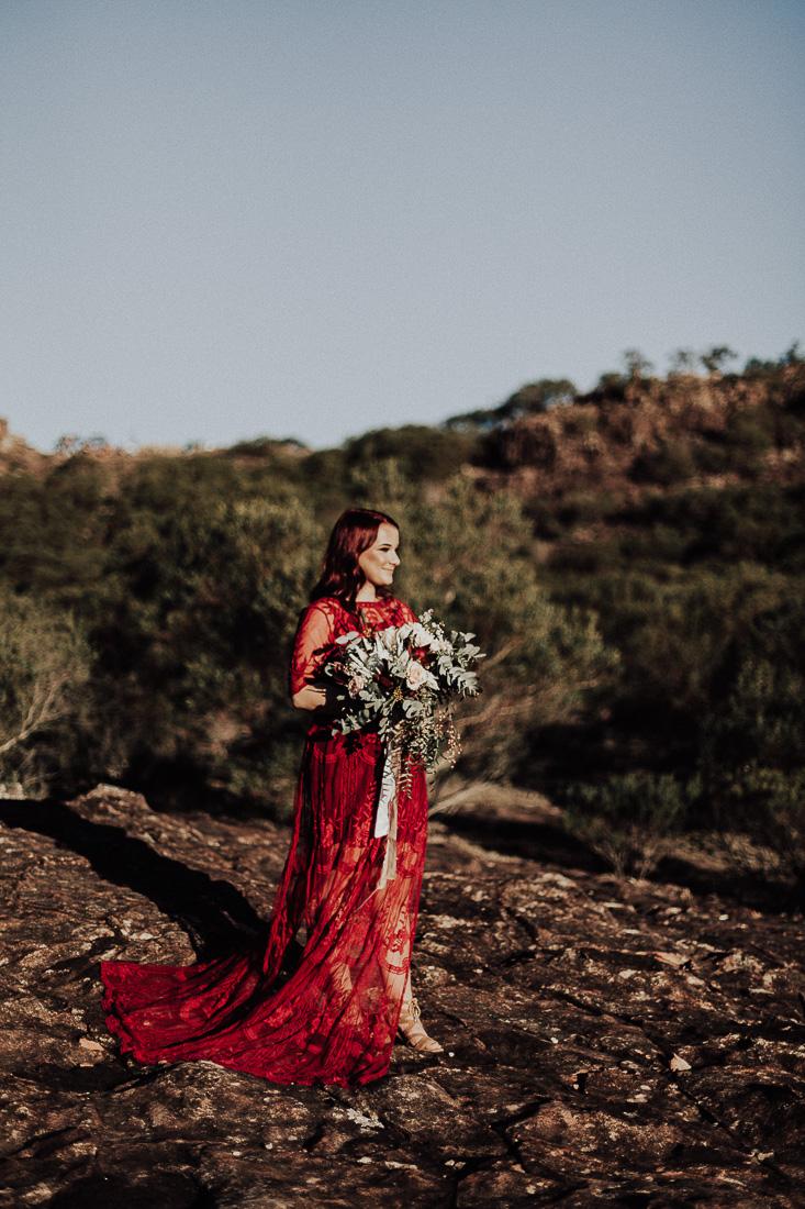 Bruid met bruidsjurk rood