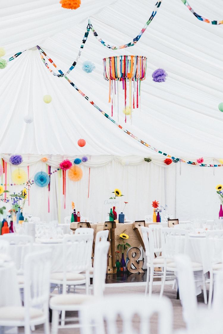 Pompons en slingers als trouwdecoratie