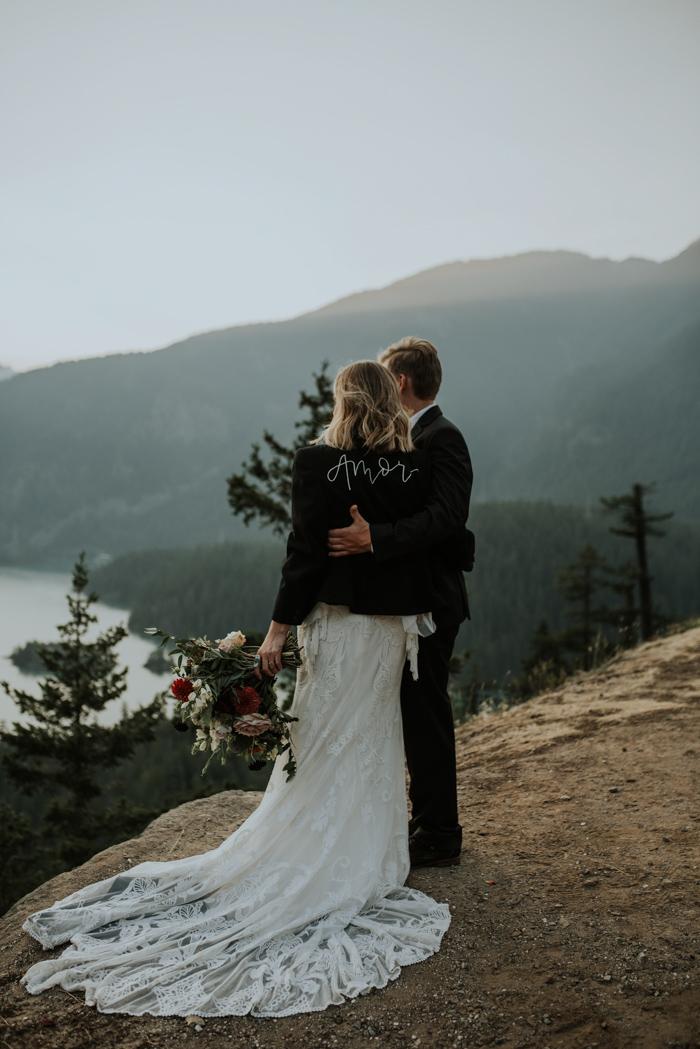 Bruidspaar op een rots