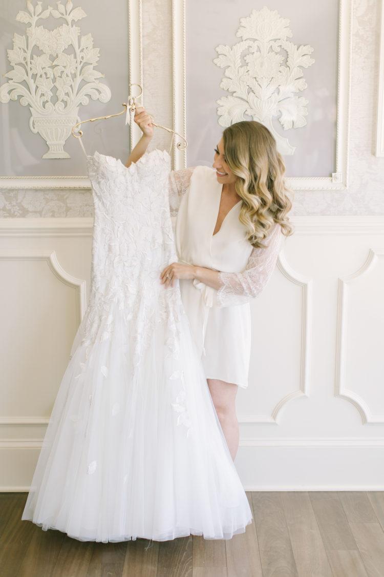 Bruid met haar bruidsjurk