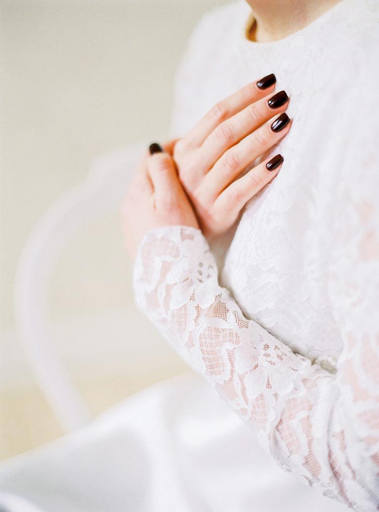 Bruid met donkere nagels