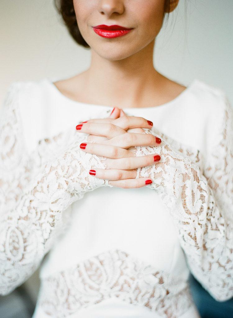 Bruid met rode nagels